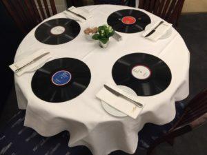 Vinyl-Esstisch bei Sotheby's - Foto: K. Bornemann